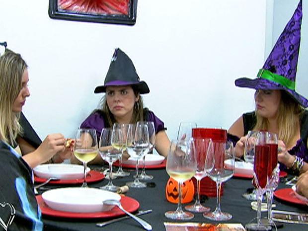 Fernanda conversa com seus convidados à mesa (Foto: Mais Você / TV Globo)