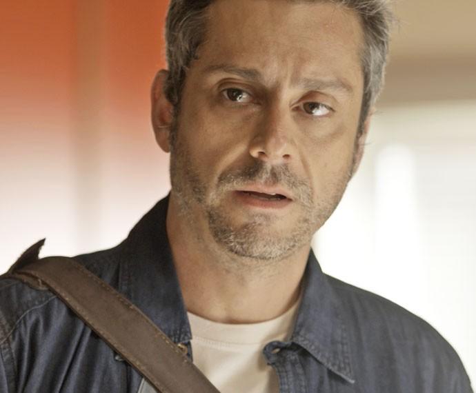 Romero procura Tóia e se surpreende com o que ouve (Foto: TV Globo)