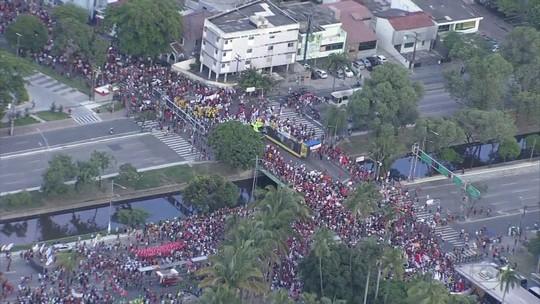 Manifestantes fazem passeata no Recife para protestar contra reformas da Previdência e trabalhista