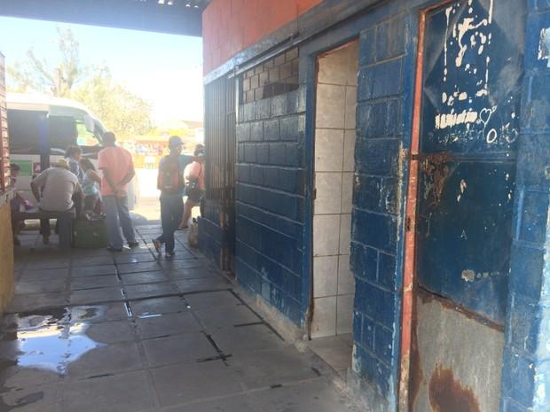 Um dos banheiros esta sem porta no terminal (Foto: Carolina Sanches/G1)