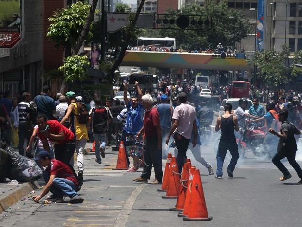 Pol�cia lan�a g�s para dispersar manifesta��o nesta quinta-feira (2) em Caracas, Venezuela (Foto: AP Photo/Fernando Llano)