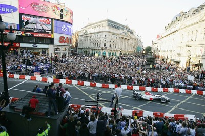 "Jenson Button nas ruas de Londres durante a ""Regent Street Parade"" em 2004 (Foto: Getty Images)"