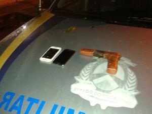 Suspeitos estavam com arma artesanal (Foto: PM/Divulgação)