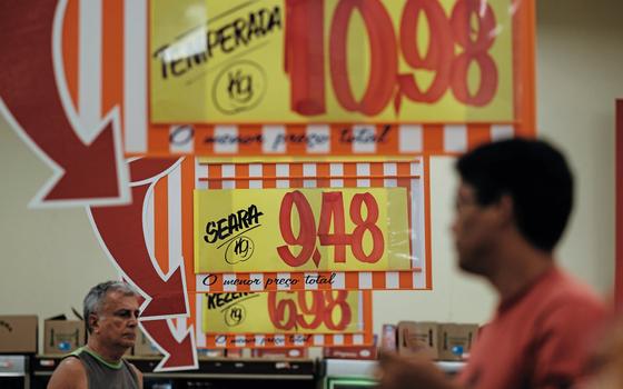 Consumidor em mercado do Rio de jANEIRO (Foto:  YASUYOSHI CHIBA/AFP)