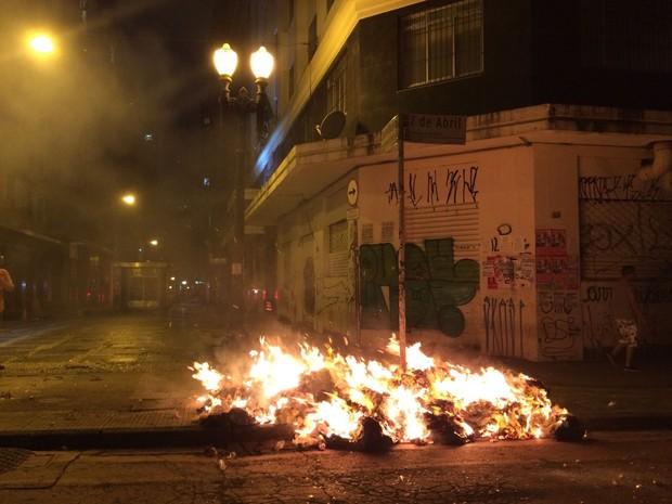 Grupo ateia fogo em lixo próximo à estação República do Metrô após PM dispersar manifestantes com bomba (Foto: Paulo Toledo Piza/G1)