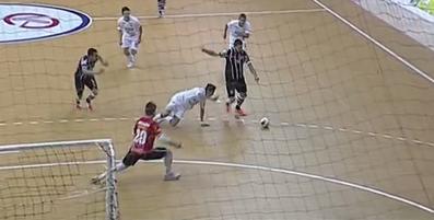 Simi aproveita vacilo de Duio e empata o jogo para o Corinthians (Foto: Reprodução/TV)