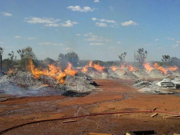 Pilhas de madeira que estavam no pátio da empresa foram queimadas pelo incêndio (Foto: Corpo de Bombeiros de Juína)
