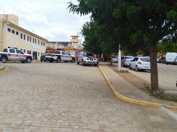 Rebelião no presídio de Patos na manhã desta quarta-feira (4) (Foto: Rafaela Gomes/TV Paraíba)