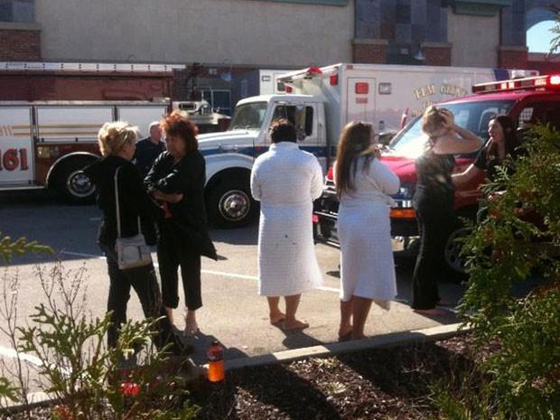 Clientes do spa sairam assustados após escutarem os disparos; ao menos sete pessoas ficaram feridas  (Foto: Reuters)