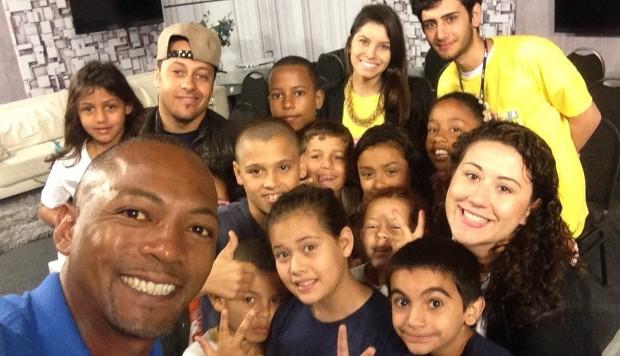 Edsoul fez selfie com os estudantes (Foto: Divulgação)