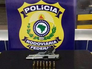 Suspeito foi preso com arma e 21 munições (Foto: Divulgação/PRF)