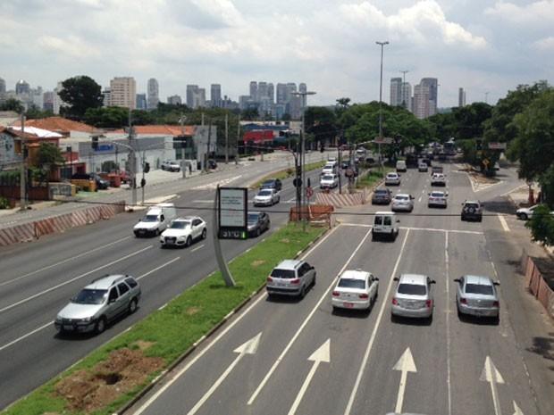 Avenida dos Bandeirantes na região da Avenida Santo Amaro; licitação para construir corredor de ônibus no trecho foi revogada e terá que ser relançada (Foto: Márcio Pinho/G1)