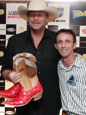 Olívio Martins entregou presente a Alan Jackson em novembro do ano passado (Foto: Divulgação/Arquivo Pessoal)