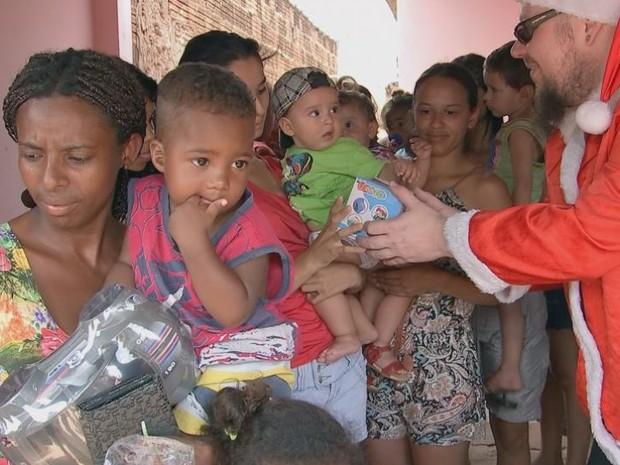 Voluntários do Rock do Bem entregaram presentes para crianças (Foto: Reprodução/ TV TEM)
