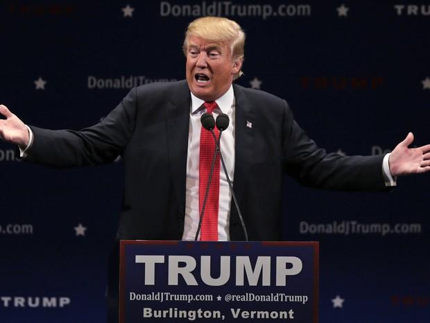 O pré-candidato republicano à presidência dos Estados Unidos, Donald Trump, durante evento de campanha nesta quinta-feira (7) em Burlington (Foto: Charles Krupa/AP)