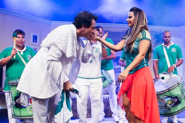 Viviane Araújo com a bateria da Mancha Verde após estreia de peça em São Paulo (Foto: Manuela Scarpa/ Ag. Brazil News)