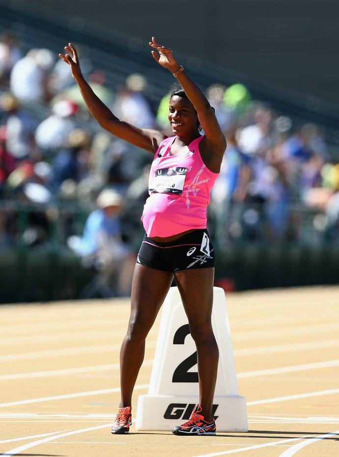Grávida de 34 semanas, Alysia Montano é saudada pelo público em prova de atletismo nos EUA (Foto: Getty Images)