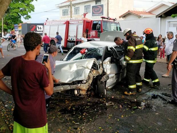 Veículo bateu na traseira de outro e capotou até parar no acostamento (Foto: Divulgação)