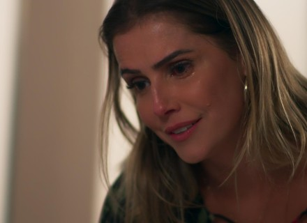 Ricardo acorda e pede a Tânia que tire Manu de perto de Caio