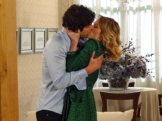Nando e Juliana dão um beijo cheio de paixão (Foto: Guerra dos Sexos / TV Globo)