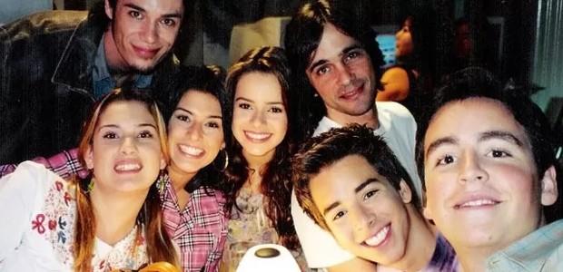 Karina Dohme com o elenco de 'Sandy & Junior' (Foto: Divulgação)