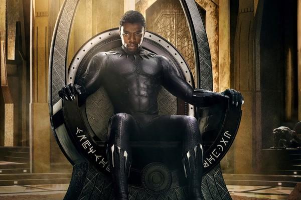 Após a morte de seu pai, TChalla (o Pantera Negra) precisa proteger o reino de Wakanda a todo custo (Foto: Reprodução)