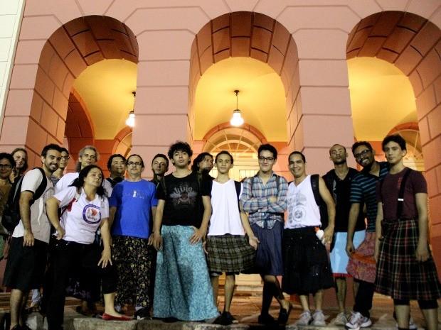 Atores vestiram saia para protestar contra restrições de indumentária do Teatro Amazonas (Foto: Marcos Dantas/G1)