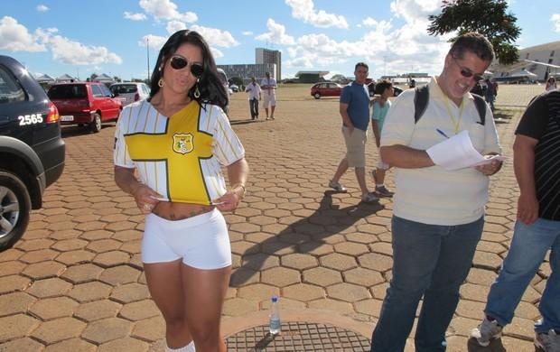 Musa do Brasiliense antes de Brasiliense x Brasília (Foto: Marcelo Baltar/GLOBOESPORTE.COM)