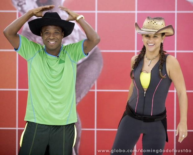Edílson brinca com o chapéu ao lado de Lidiane (Foto: Domingão do Faustão / TV Globo)