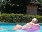 Cristianne Rodriguez mostra curvas se bronzeando na piscina