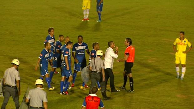 Paulo Roberto discute com árbitro em jogo do Rio Claro contra o Audax (Foto: Marlon Tavoni/ EPTV)