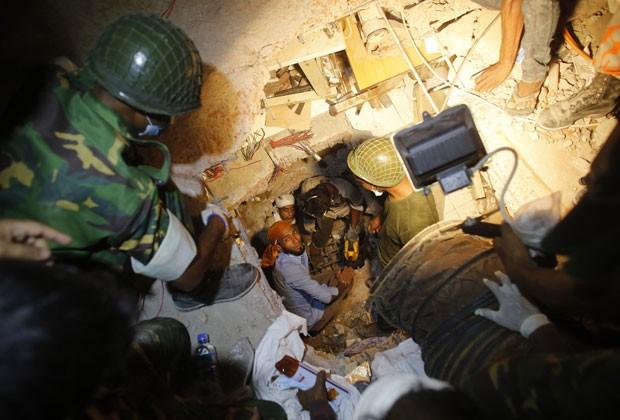 Equipes tentam resgatar sobrevivente após desabamento de prédio em Bangladesh (Foto: Andrew Biraj/Reuters)