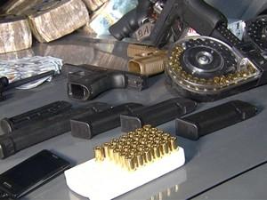 Munições e armas estavam na casa do foragido por tráfico internacional em Campinas (Foto: Reprodução / EPTV)