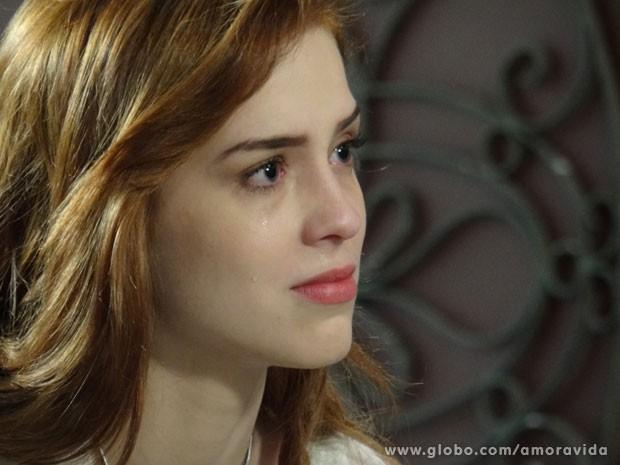 Natasha chora ao lembrar que foi abandonada (Foto: Amor à Vida/TV Globo)