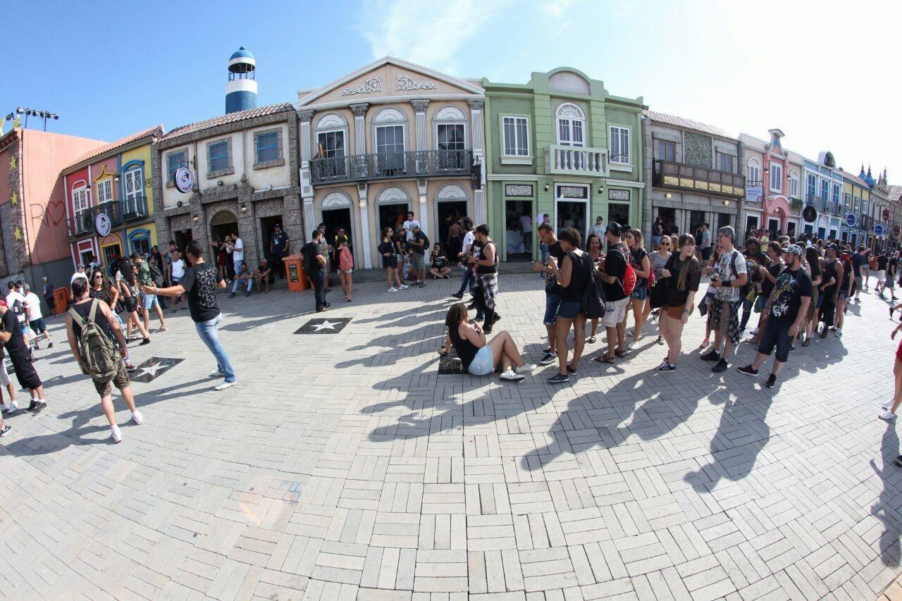 Fs de Guns fazem fila para tirar foto com a estrela da banda na calada da fama da Cidade do Rock (Foto: Fabiano Leone / Multishow)