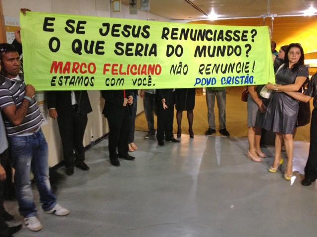 Apoiadores do deputado Marco Feliciano estendem faixa em corredor da Câmara (Foto: Fabiano Costa / G1)