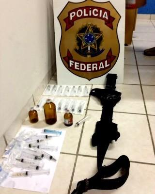 Seringas usadas e lacradas foram apreendidas na casa do suspeito (Foto: Francisco Rocha/G1)