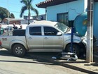 Ladrões batem caminhonete roubada em casa e são presos em MT