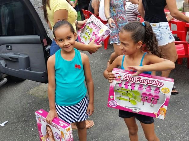 Criança receberam presentes de Natal  (Foto: Tiago Martins / Arquivo Pessoal)