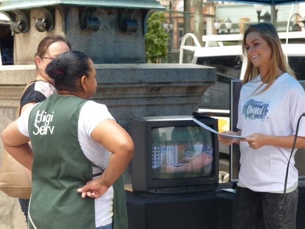 Nesta terça (31), a RPC esteve na Rua XV de Novembro para informar o público sobre o desligamento do sinal analógico (Foto: Divulgação/RPC)