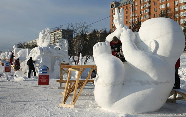 Ffestival internacional de esculturas de gelo e neve ocorre na cidade de Perm, na Rússia (Foto:  Ilya Naymushin/Reuters)