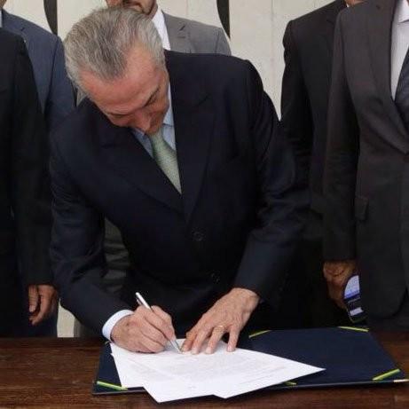 Michel Temer assina notificação de posse como presidente interino encaminhada pelo Senado (Foto: Reprodução Twitter @micheltemer)