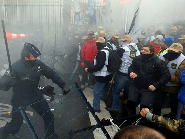 Militares protestam na Bélgica (Foto: Yves Herman/Reuters)
