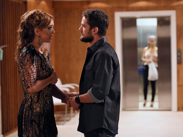 Vicente segura a mão de Cristina (Foto: Isabella Pinheiro/ Gshow)