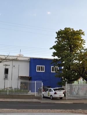 Fachada da sede da Federação de Futebol do Piauí em reforma (Foto: Renan Morais/GLOBOESPORTE.COM)