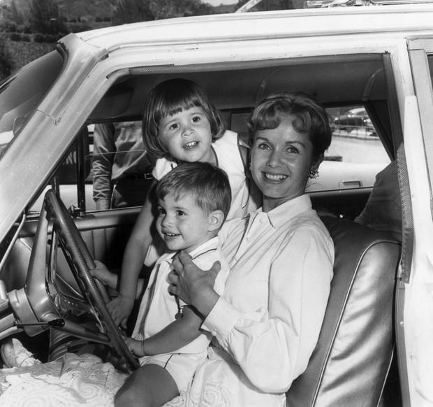 Debbie Reynolds com os filhos Todd and Carrie Fisher, em junho de 1960 (Foto: Getty Images)