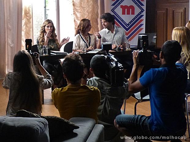 Sofia fica se sentindo na coletiva ao lado de Marinalva e Edgar (Foto: Malhação / TV Globo)