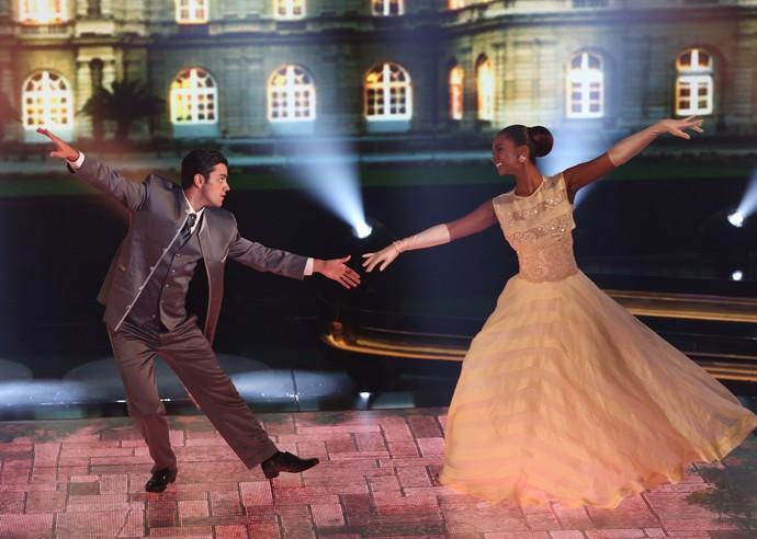 Felipe Simas e Carol Agnelo flutuam no palco do 'Dança dos Famosos' (Foto: Carol Caminha/Gshow)