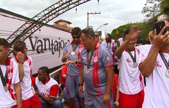 Com parada em Cravinhos, elenco do Batatais festeja na volta pra casa