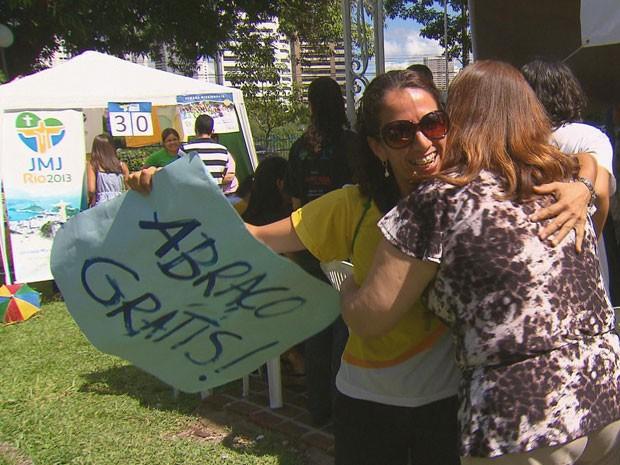 Arquidiocese de Olinda e Recife fez manhã de louvor, animação e calor humano, com a campanha abraço grátis. (Foto: Reprodução/ TV Globo)